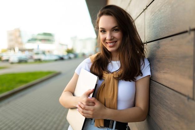 Lindo bonito charmoso atraente adorável fascinante alegre alegre sorrindo direto
