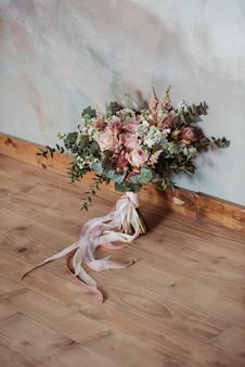 Lindo bouquet de noiva com fitas brancas e rosa