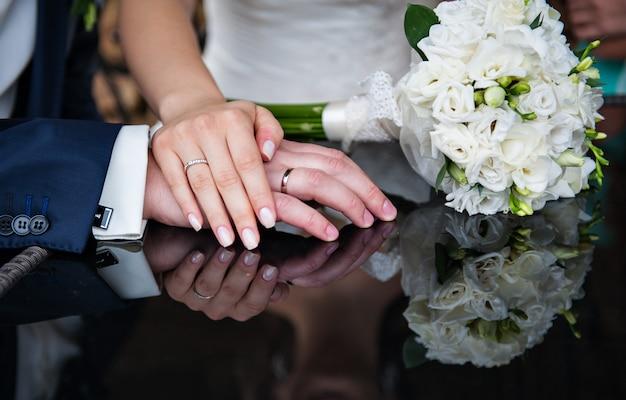 Lindo bouquet de noiva deitada na mesa