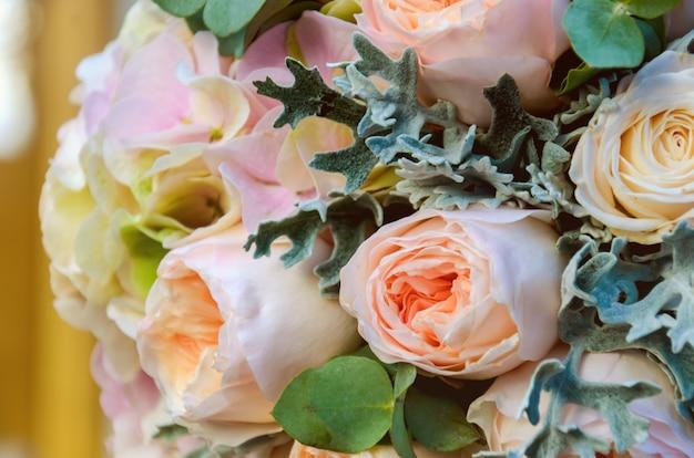 Lindo bouquet de noiva solene de uma noiva de rosas e eucalipto encontra-se nos trilhos de madeira