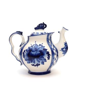 Lindo branco com bule de porcelana azul no estilo gzhel isolado no fundo branco
