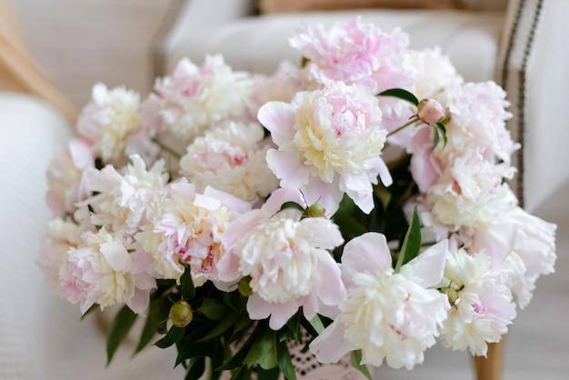Lindo buquê com flores cor de rosa