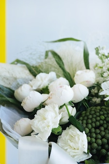Lindo buquê de casamento moderno com rosas brancas. loja de flores e conceito de entrega. presente de feriado, visão lateral vertical do dia da mãe