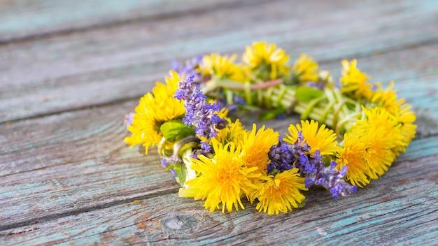 Lindo buquê de dente-de-leão com flores silvestres