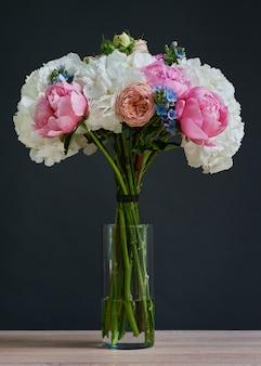 Lindo buquê de flores brancas de rosa e amarelas.