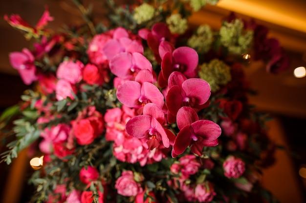 Lindo buquê de flores brilhantes e rosa