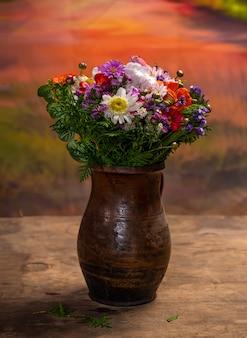 Lindo buquê de flores brilhantes em um vaso Foto Premium