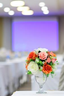 Lindo buquê de flores colocadas no quarto