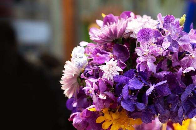 Lindo buquê de flores coloridas, decoração de flores, arranjo floral