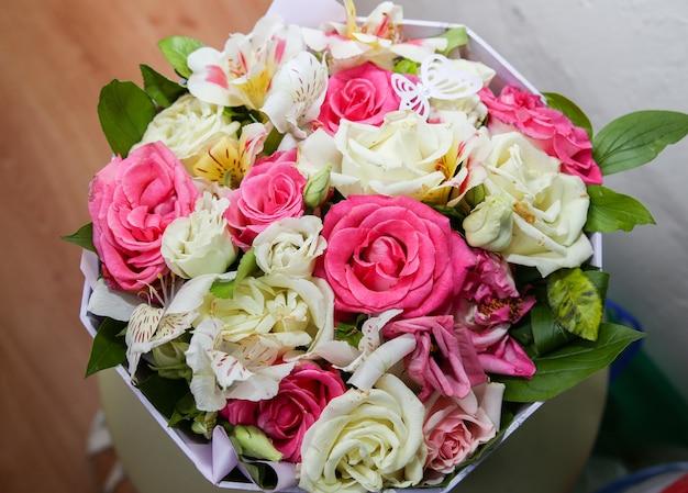 Lindo buquê de flores coloridas em pé em casa.