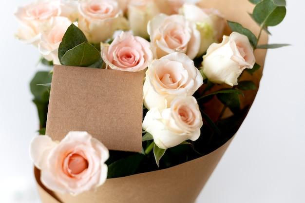 Lindo buquê de flores com nota