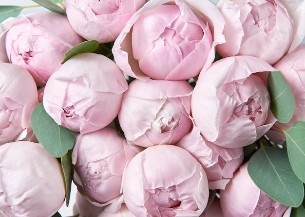Lindo buquê de flores com rosas cor de rosa.