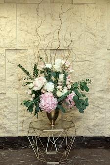 Lindo buquê de flores de hortênsia e folhas de eucalipto no salão do casamento