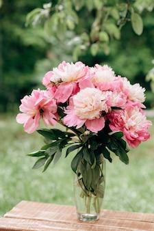 Lindo buquê de flores de peônia rosa em um vaso