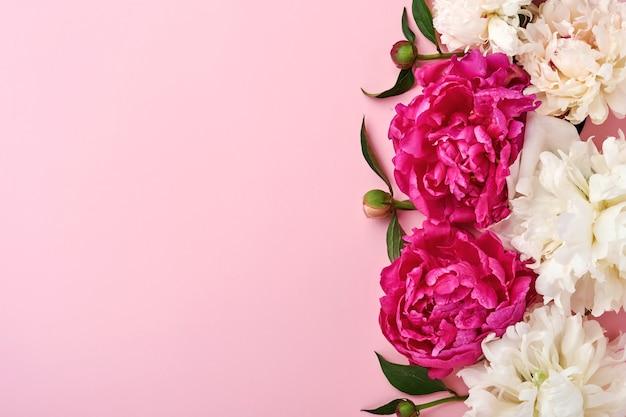 Lindo buquê de flores de peônia vermelha, rosa e branca sobre fundo rosa, vista superior, cópia espaço, plano-lay. plano de fundo dia dos namorados, casamento e mães.