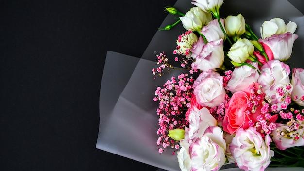 Lindo buquê de flores diferentes em fundo preto. copie o espaço para o texto. cartão de férias. cobrir
