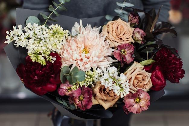 Lindo buquê de flores misturadas com peônias.
