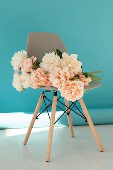 Lindo buquê de flores na cadeira