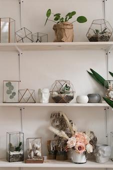 Lindo buquê de flores na prateleira. design de interiores de estilo boho. flores decorativas na prateleira.