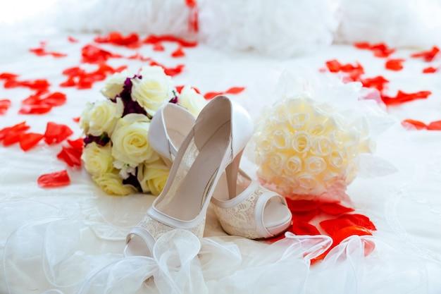 Lindo buquê de luxo e saltos para noiva