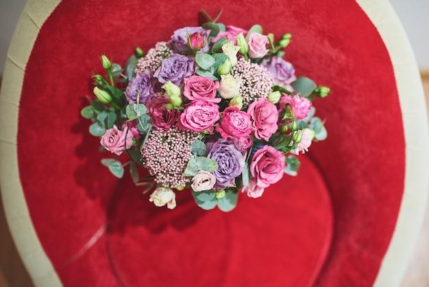 Lindo buquê de noiva amarrado com fitas de seda e rendas com uma chave em forma de coração.