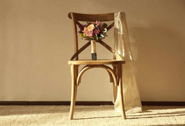 Lindo buquê de noiva na cadeira da sala