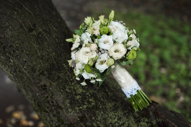 Lindo buquê de noiva sobre a mesa Foto Premium