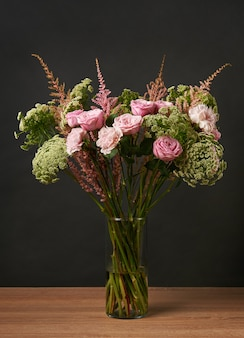 Lindo buquê de peônia flores rosa no escuro
