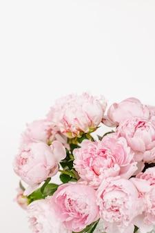 Lindo buquê de peônias rosa no branco isolado com espaço de cópia
