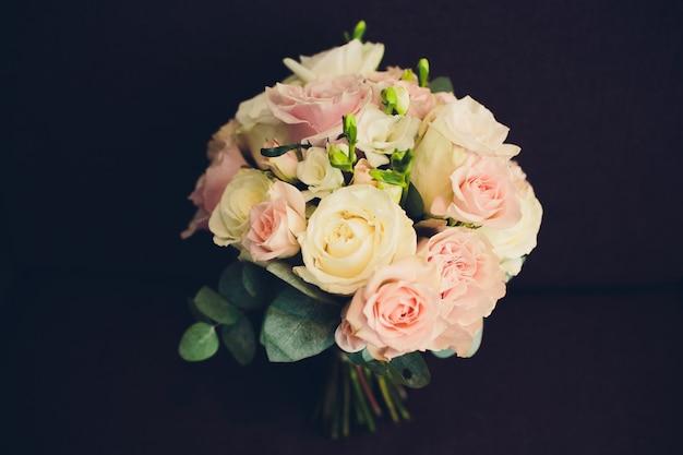 Lindo buquê de rosas brancas e rosa em fundo preto.