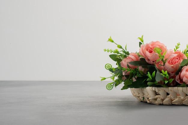 Lindo buquê de rosas cor de rosa na mesa cinza.