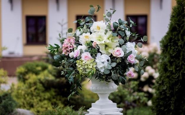 Lindo buquê de rosas em um vaso no dia do casamento. linda criada para a cerimônia de casamento.