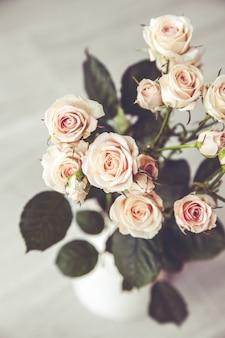 Lindo buquê de rosas pêssego em um vaso vintage