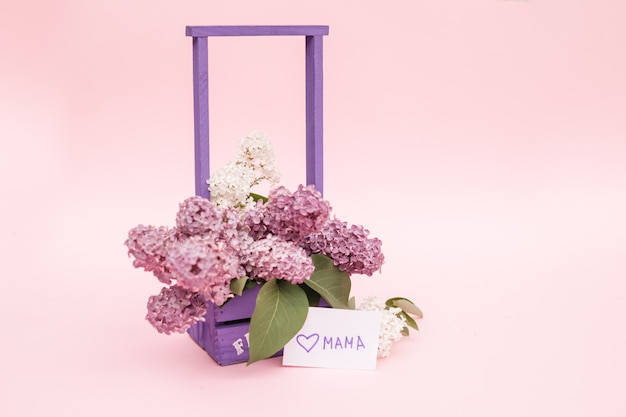 Lindo buquê de roxo lilás e cartão em fundo de papel roxo