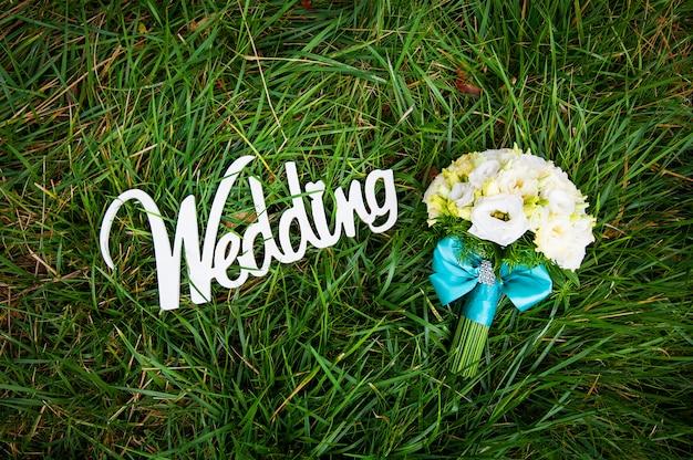 Lindo buquê e placa de madeira branca de casamento
