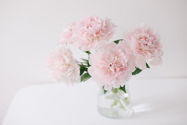Lindo buquê recém-cortado de peônias rosa em um vaso