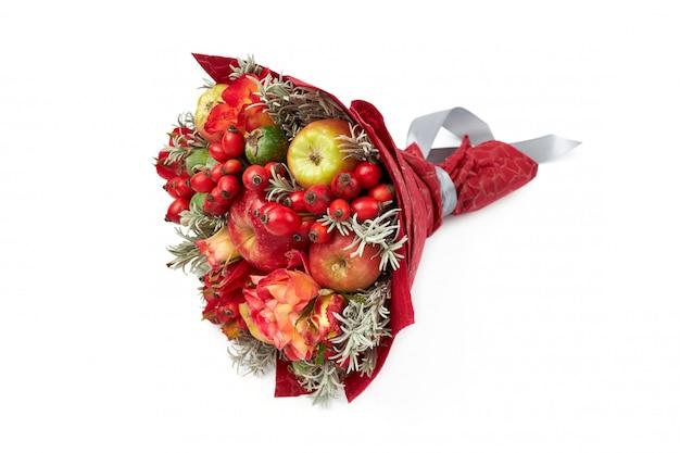 Lindo buquê vermelho brilhante de maçãs, rosa mosqueta, feijoa e rosas