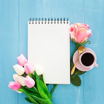 Lindo café da manhã com rosas e tulipas em madeira azul