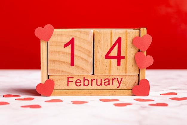 Lindo calendário de madeira de 14 de fevereiro