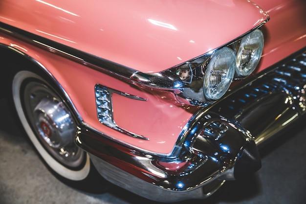 Lindo carro retrô de cor rosa.