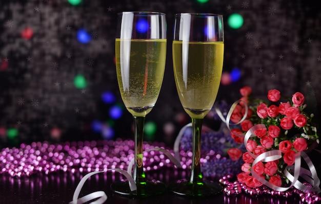 Lindo cartão banner com champanhe ou taças de vinho