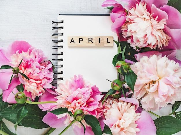 Lindo cartão com a palavra april