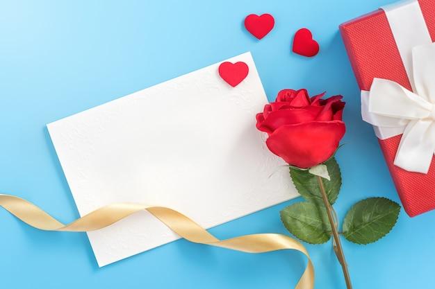Lindo cartão de convite de saudação, conceito de dia das mães, dia dos namorados, aniversário e aniversário isolados sobre fundo de cor azul, cópia espaço, vista superior, plano leigo
