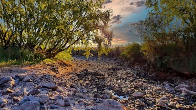 Lindo cartão postal de rio seco ao pôr do sol