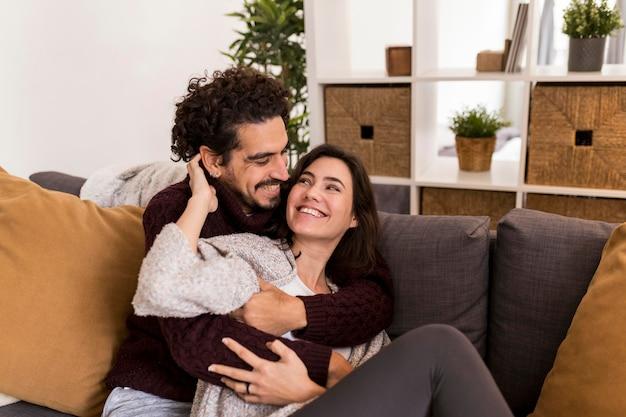 Lindo casal abraçado