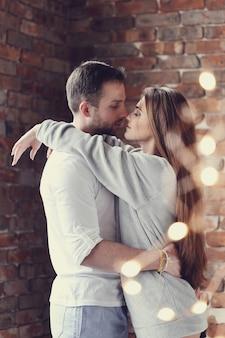 Lindo casal abraçando em casa abraçando