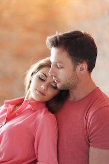 Lindo casal abraçando intimamente