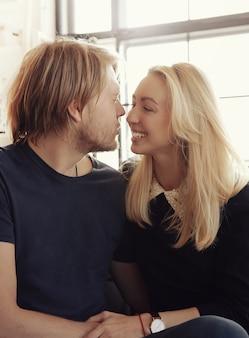 Lindo casal adorável em casa