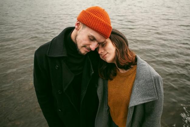 Lindo casal adorável lá fora