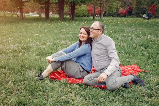 Lindo casal adulto em uma floresta de verão